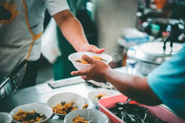 Philanthropen spenden Nahrung und helfen den Armen: Konzept der Ernährung – Foto