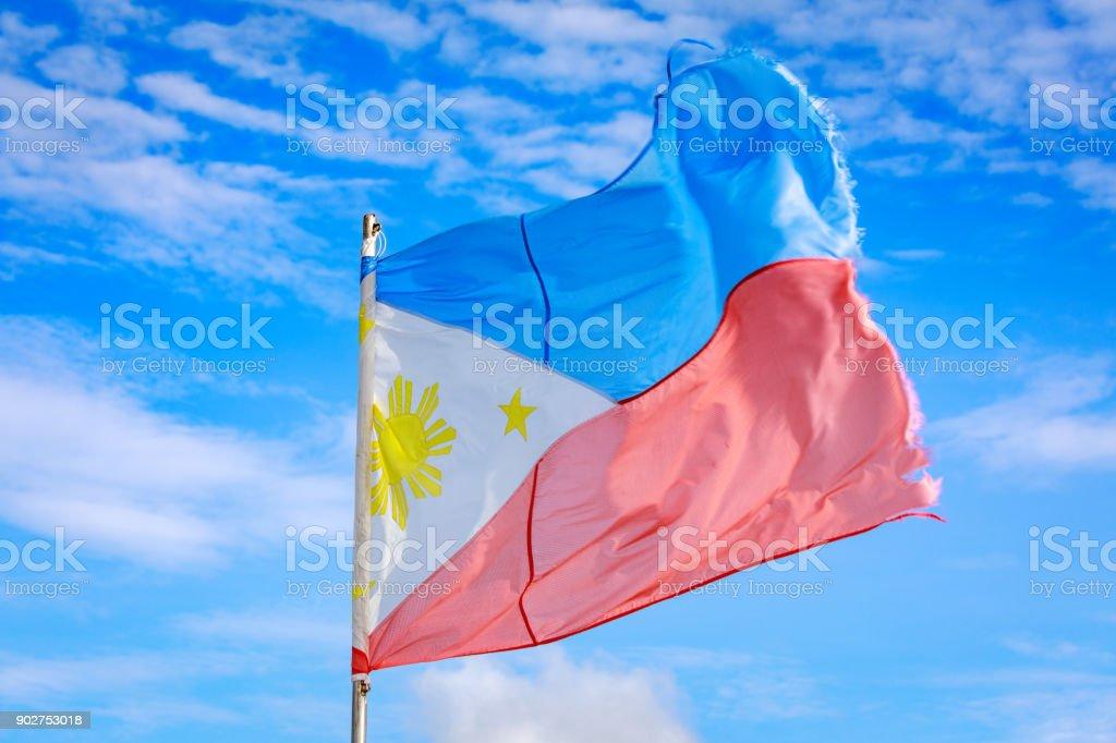 Bandeira de Filipinas acenando no céu - foto de acervo