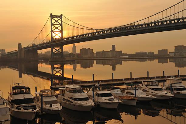 philly lever de soleil sur la marina - rivière delaware photos et images de collection