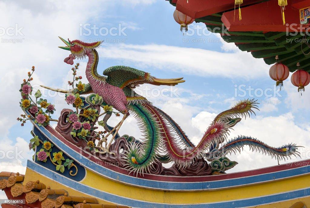 Escultura de ave Phoenix en la parte superior del techo de templo chino en Asia Sur-Oriental - foto de stock