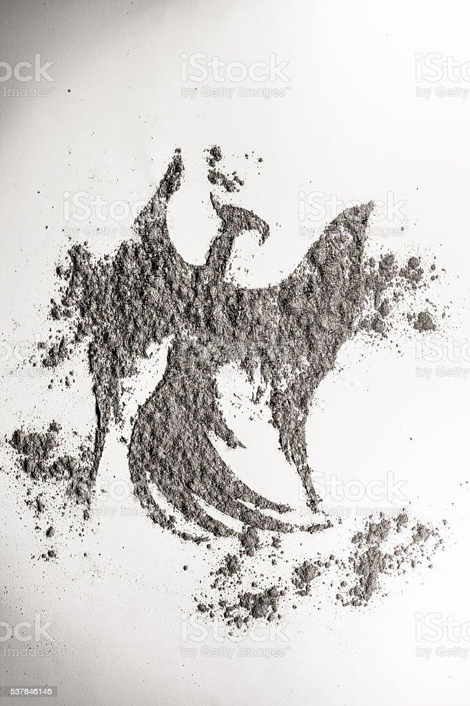 Fénix, pájaro águila dibujo en ceniza como la vida y la muerte, símbolo - foto de stock