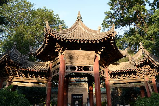 Phoenix Pavilion in the Great Mosque of Xi'an, Shaanxi, China Phoenix Pavilion in the fourth courtyard of the Great Mosque of Xi'an, the largest mosque in China. An active place of worship within Xi'an's Muslim Quarter, is also a popular tourist site. The majority of the mosque was built during the early Ming dynasty and its architecture combines a traditional Chinese architectural form with Islamic functionality. muslim quarter stock pictures, royalty-free photos & images