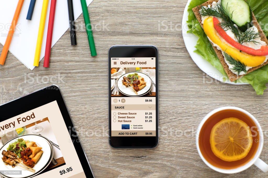 Telefon und Computer Tablet app Lieferung Essen auf dem Bildschirm – Foto