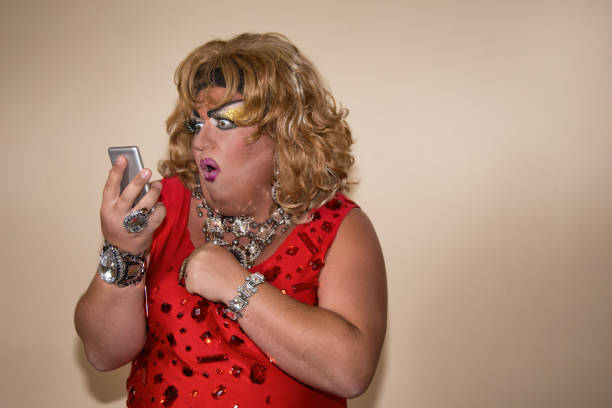 telefoon en grappige vrouw. travestie acteur. - drag queen stockfoto's en -beelden