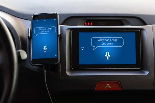 Telefon und Multimediasystem mit app persönlicher Assistent auf dem Bildschirm – Foto