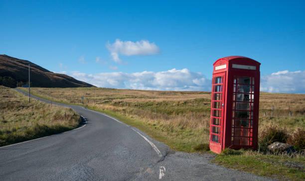 Telefonzelle an einer Straße durch Skye, Schottland – Foto