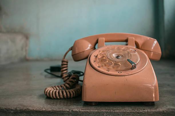Telefone no concreto - foto de acervo