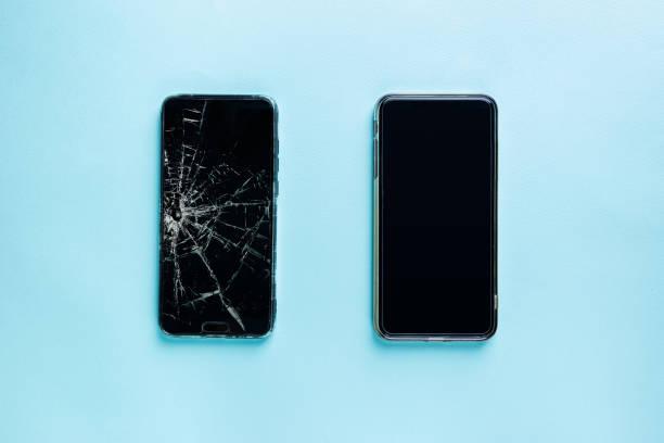 Telefon mit defektem Bildschirm und neuem – Foto