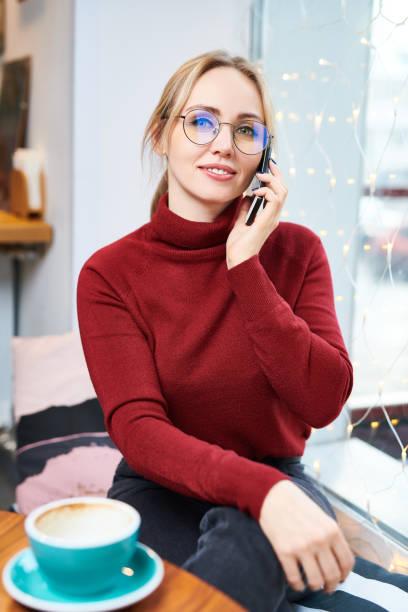 Phoning dans le café - Photo