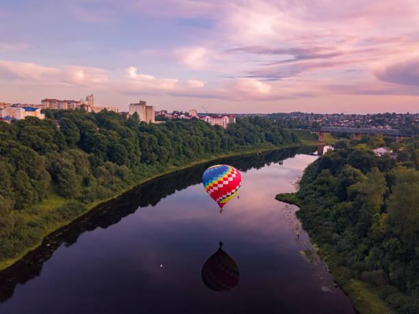 zdjęcie jak balon leci przez rzekę w mieście witebsk - białoruś zdjęcia i obrazy z banku zdjęć