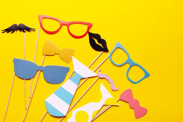 fotoautomat requisiten gläser, schnurrbart, lippen auf einem rosa hintergrund flach lag. geburtstagsfeiern und hochzeiten. - schnurrbart themenpartys stock-fotos und bilder