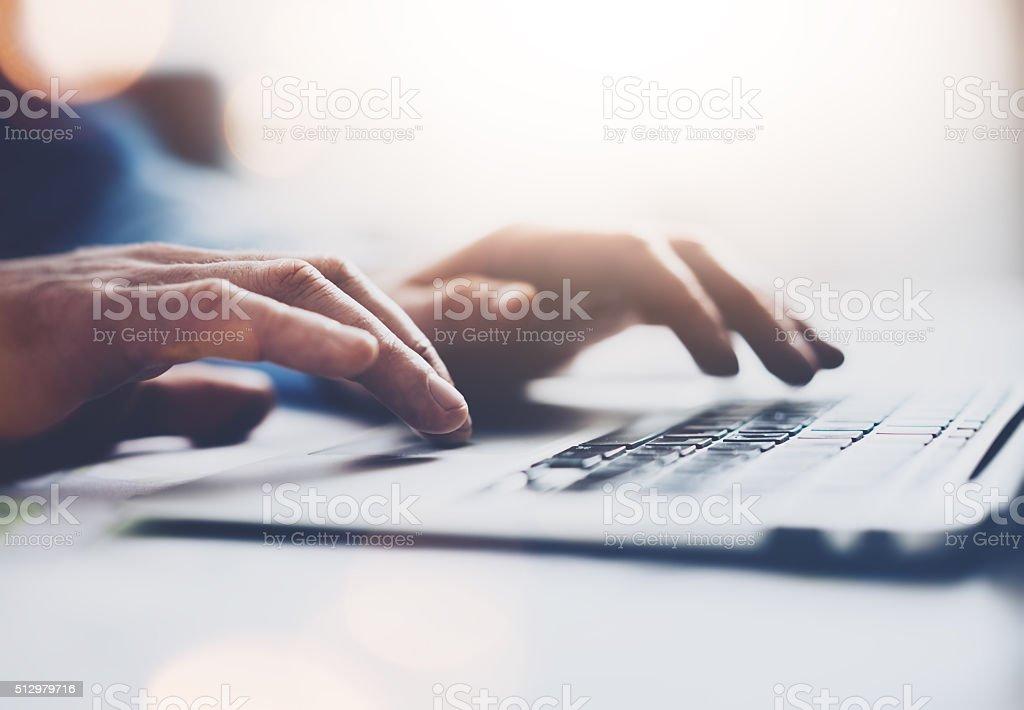 Foto von Geschäftsmann mit Laptop arbeiten, allgemeiner Gestaltung. Tippen Nachricht, Hände Lizenzfreies stock-foto
