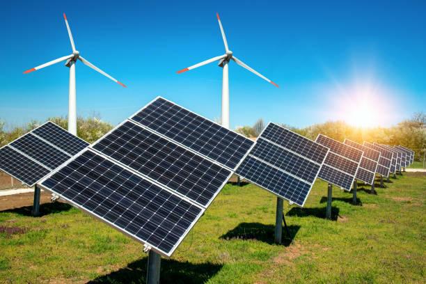 Fotocollage von Sonnenkollektoren, Photovoltaik, mit Sonnenverfolgungsanlagen und Windkraftanlagen - alternative Stromquelle, Konzept erneuerbarer Energiequellen und nachhaltige Sanierungen – Foto