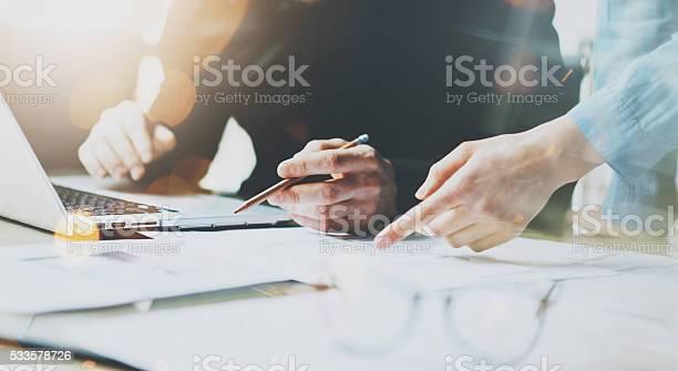 Foto Kollegen Mannschaft Arbeiten Moderne Büro Mann Mit Allgemeiner Design Stockfoto und mehr Bilder von Analysieren