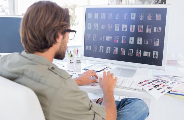 photo editor blick in die bildvorschau auf computer - tastatur bilder stock-fotos und bilder