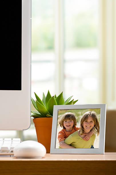 bilderrahmen auf schreibtisch - tastatur bilder stock-fotos und bilder