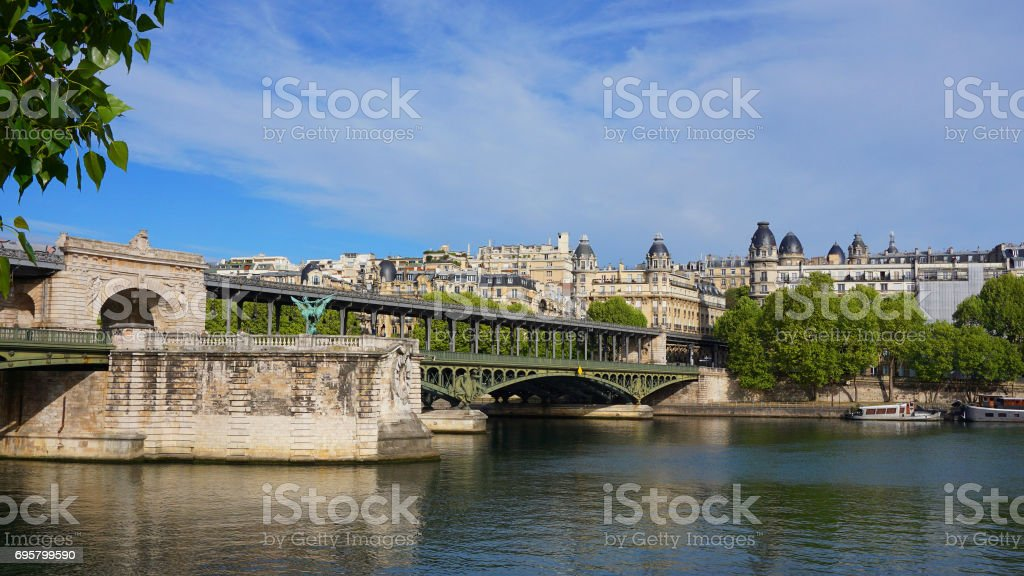 Photo du Pont emblématique de Bir-Hakeim dans la rivière Seine, un matin de printemps, Paris, France - Photo