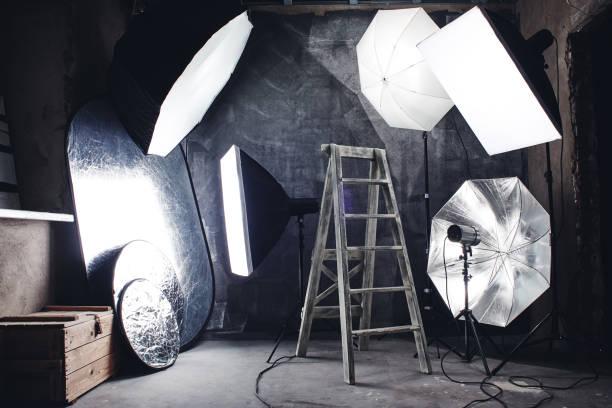 Foto Hobby. Hausgemachte Atelier in einem Loft-Stil mit professioneller Beleuchtung, schwarzem Hintergrund und Leiter. – Foto