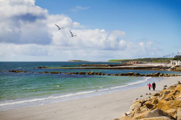 Foto de un hermoso paisaje de mar y cielo escénico. Vista del paisaje del océano. Playa y paseo marítimo, oeste Costa de Irlanda, Galway, Salthill - foto de stock