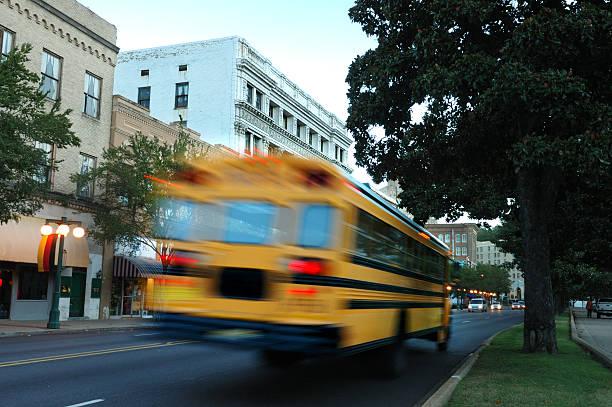 School Bus in Bewegung – Foto