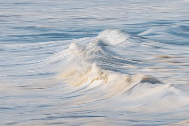 Foto de una espuma de mar con la técnica de panorámica en la cámara - foto de stock