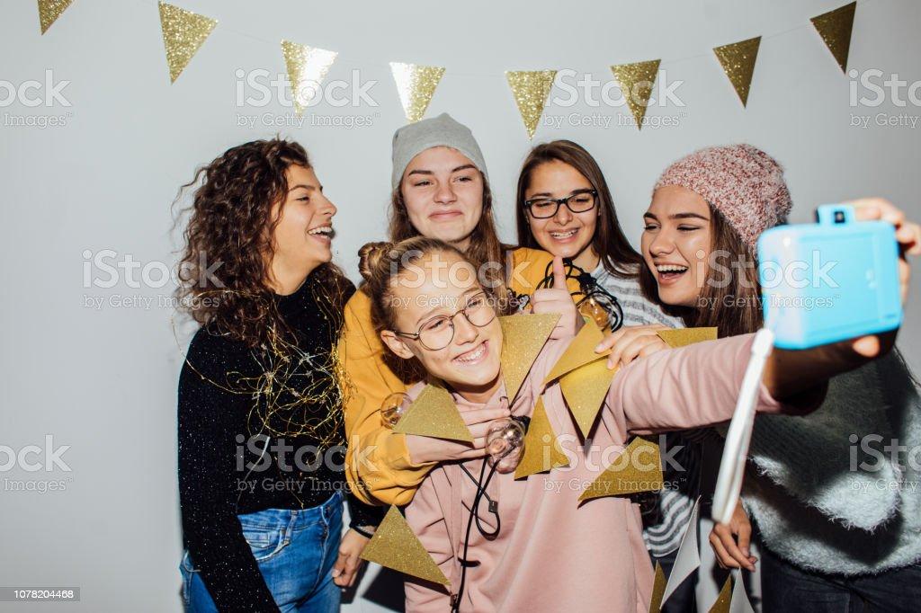 Foto von einem lächelnden Mädchen im Teenageralter Spaß beim Feiern – Foto