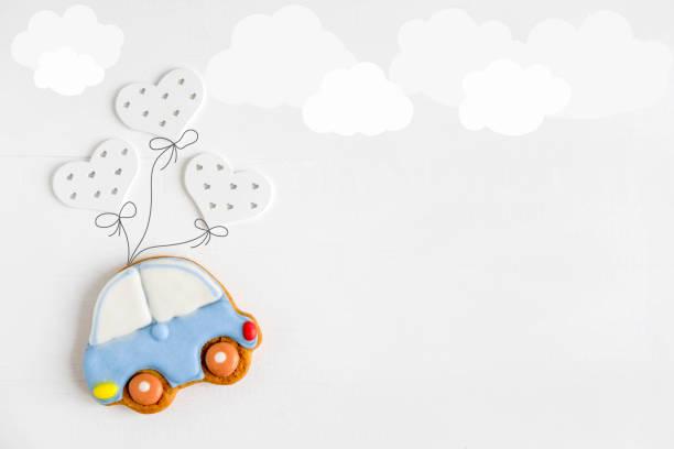 ein foto von einer schreibmaschine auf ballons fliegen. grußkarte für neugeborene kinder. kinder banner. formular für text. - sterntaufe stock-fotos und bilder