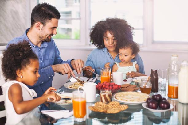Foto des jungen glückliche Familie mit Frühstück – Foto