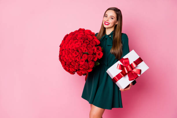 Photo of adorable chic lady hold large red long roses bouquet big picture id1271947248?b=1&k=6&m=1271947248&s=612x612&w=0&h=thrmvlu6tuvaxyfie 5viiyfelomxwt575kqx oj4cu=