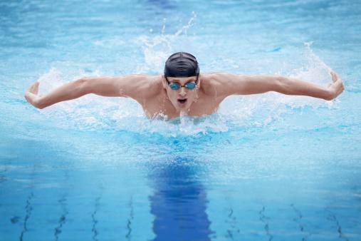 Nadador En La Tapa Para Respirar Realiza La Mariposa Foto de stock y más banco de imágenes de Actividad