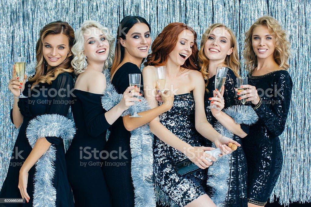 Photo of beautiful girls celebrating new year foto royalty-free