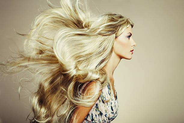 foto der schönen frau mit herrlichem haar - krause haare stock-fotos und bilder