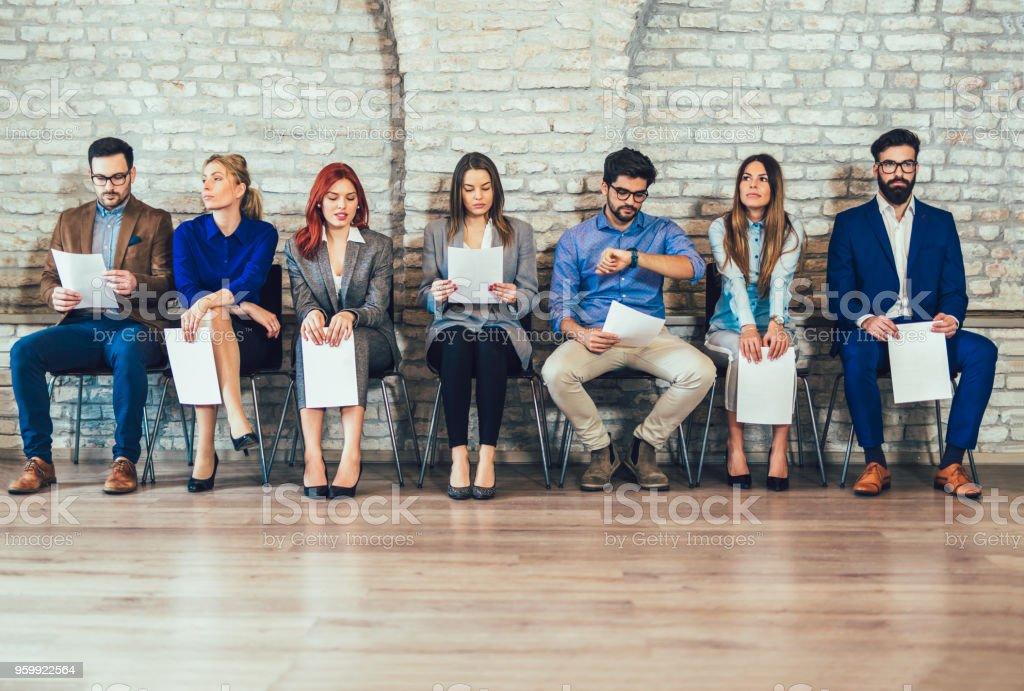 Foto de candidatos espera para entrevista de trabajo - foto de stock