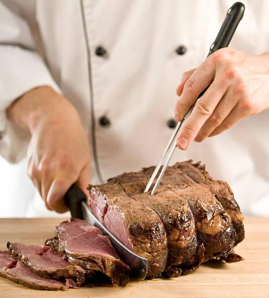 chefkoch skulptur perfekt zubereitete prime rib roast beef - tranchieren stock-fotos und bilder