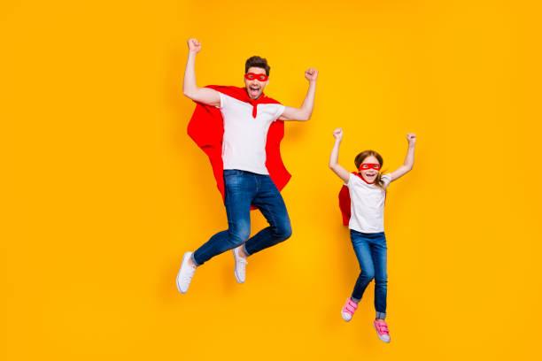 foto av galen pappa och foxy dotter spelar seriefigurer bär superhjälte uddar isolerad gul bakgrund - superwoman barn bildbanksfoton och bilder