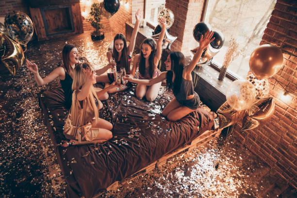 foto von fünf verschiedenen attraktiven hübsch enkchene hände bis damen sagen träume zu geburtstag mädchen in goldenen schürze sitzen auf blatt bettwäsche im inneren loft interieur verziert - mädchen dusche stock-fotos und bilder