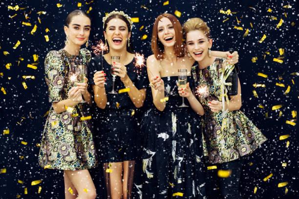 Dört gülen kız fotoğraf kar mayınları stok fotoğrafı