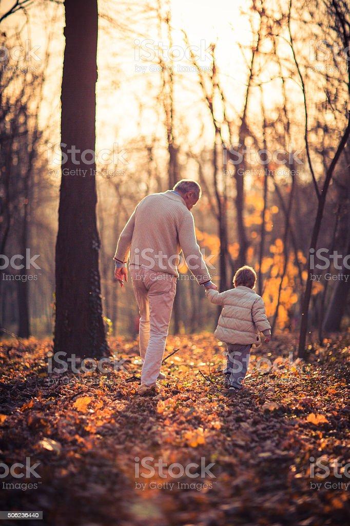 Foto de abuelo y a su nieto en el parque - foto de stock