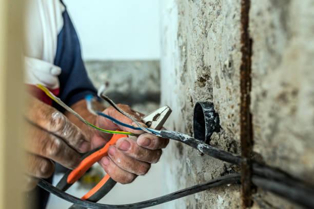 foto de mano entrelazado el aislamiento de los cables - electricista fotografías e imágenes de stock