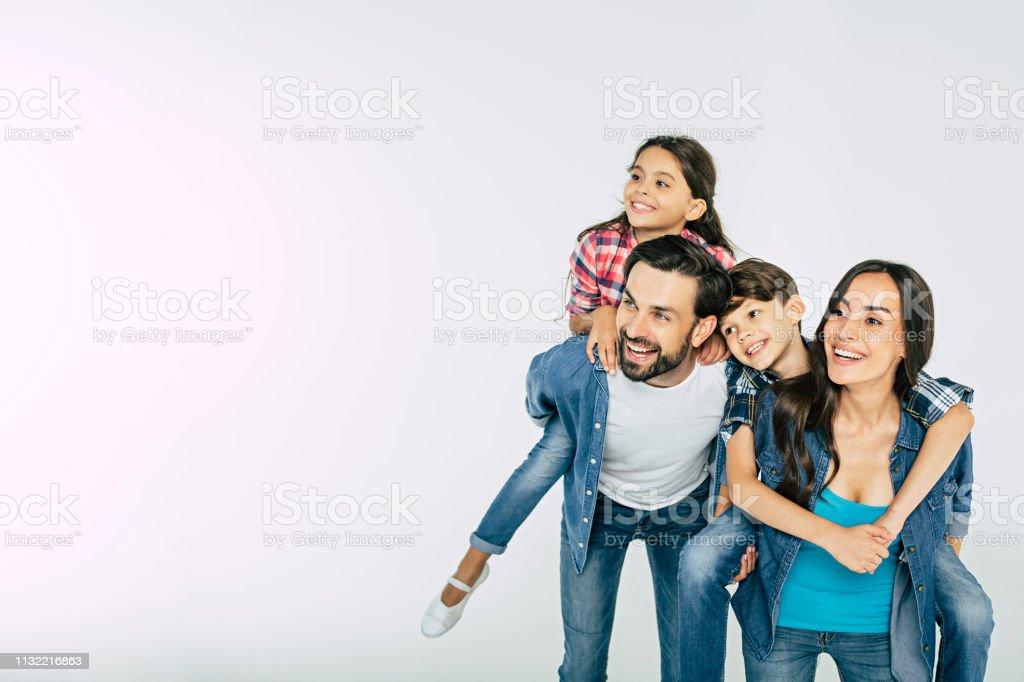 白い上に孤立し、離れて見て幸せな美しい家族の写真 ロイヤリティフリーストックフォト