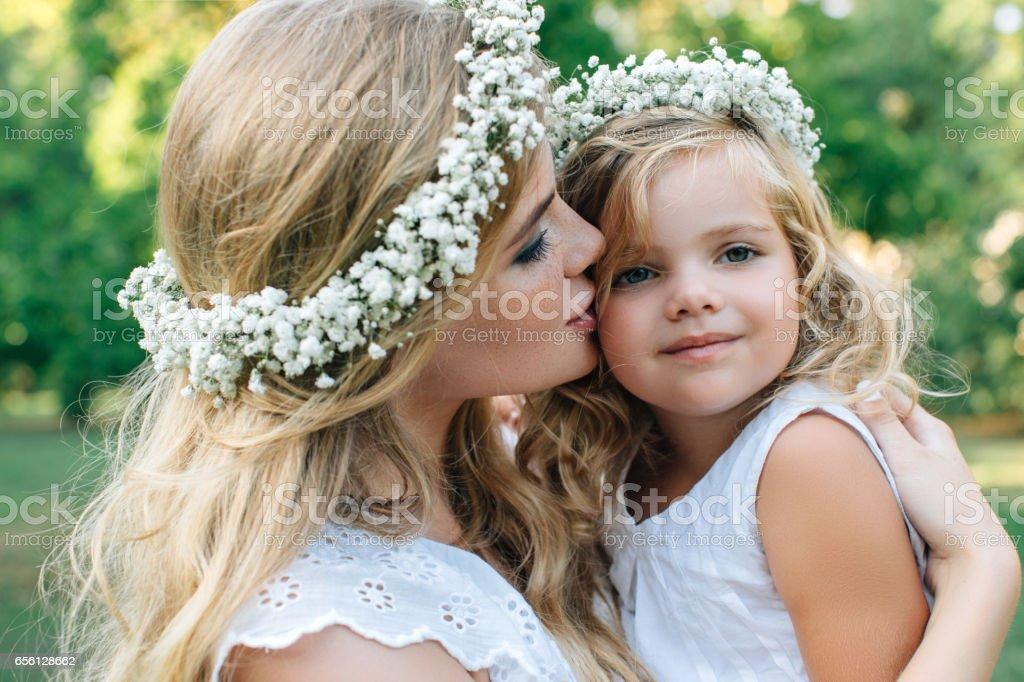 Mutlu anne ve küçük kızı fotoğrafı stok fotoğrafı