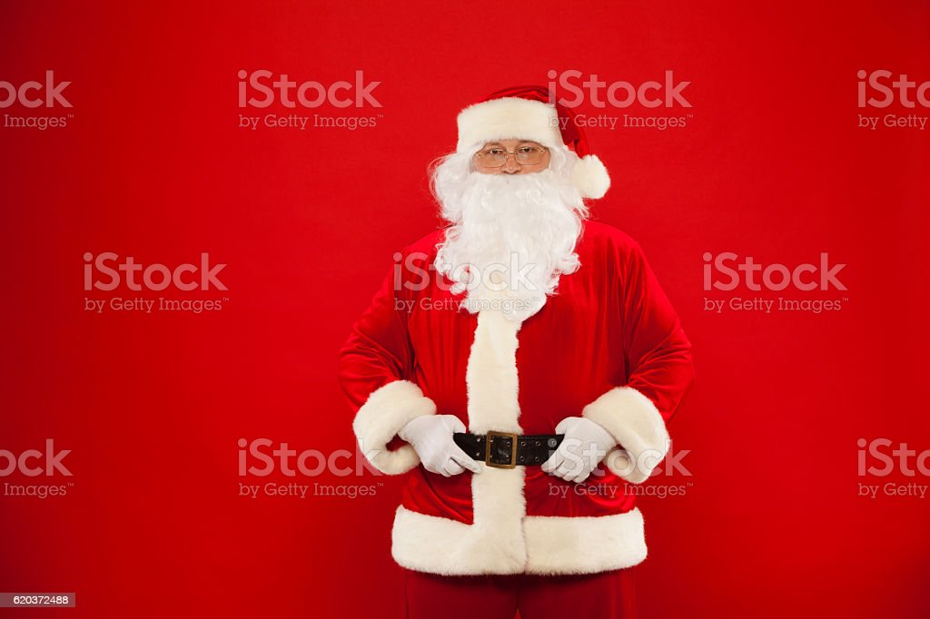 Zdjęcie szczęśliwy Santa Claus w okulary Patrząc na kamery zbiór zdjęć royalty-free
