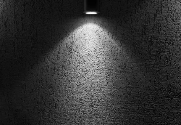 foto von illuminated leeren dunklen innenraum mit spot-licht. - tupfen wände stock-fotos und bilder