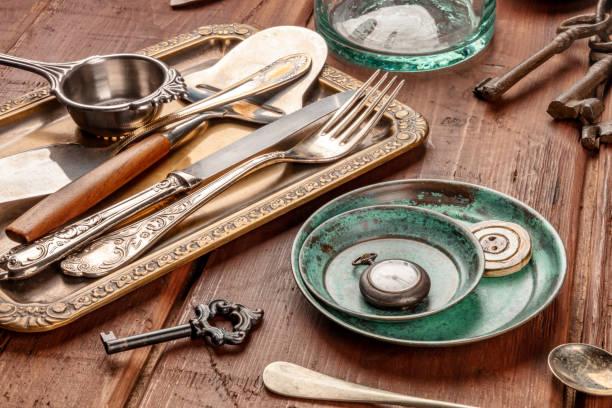 ein foto von vielen vintage objekte, flohmarkt sachen auf einem hölzernen hintergrund - besteck günstig stock-fotos und bilder