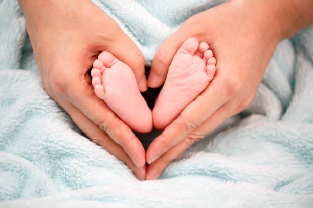 Foto de pies de bebé recién nacido - foto de stock
