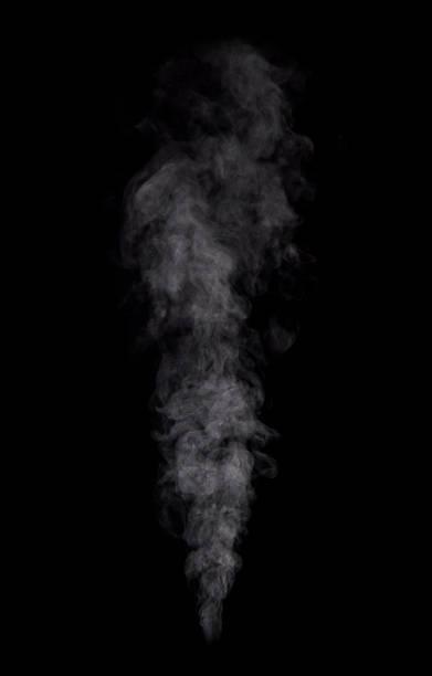 Foto von echtem weißen Dampf von kochendem Wasser auf schwarzem Hintergrund – Foto