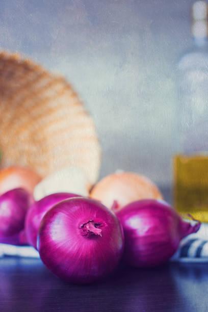 foto von reifen zwiebeln mit öl in den hintergrund und die teyture auf das foto angewendet - kochen mit oliver stock-fotos und bilder