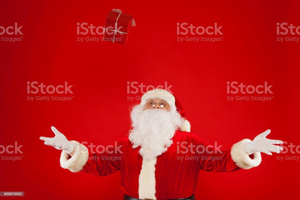 Zdjęcie z rąk w rękawicach z Santa Claus giftbox, na zbiór zdjęć royalty-free