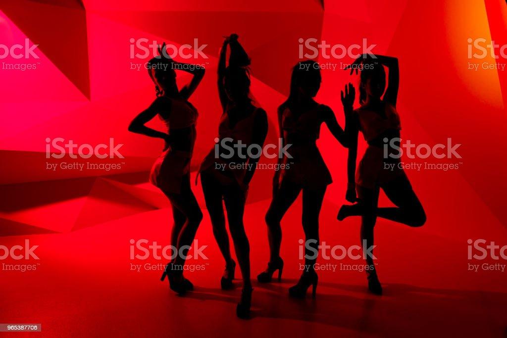 빨간 불에서 4 섹시 한 허세 여자의 실루엣의 사진 - 로열티 프리 Fashion Show 스톡 사진