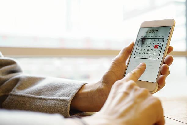 photo of smartphone with calendar screen - calendrier digital journée photos et images de collection